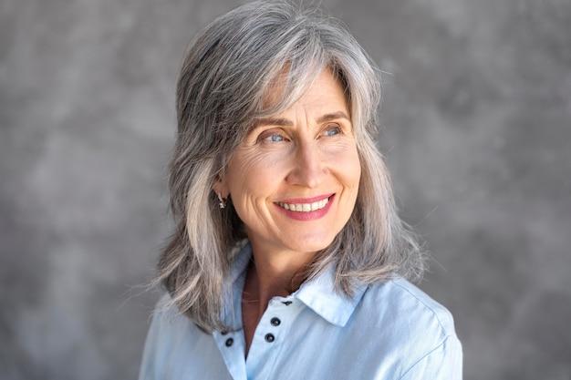 Portret uśmiechniętej starszej kobiety