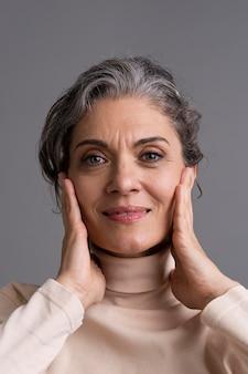 Portret uśmiechniętej stylowej starszej kobiety