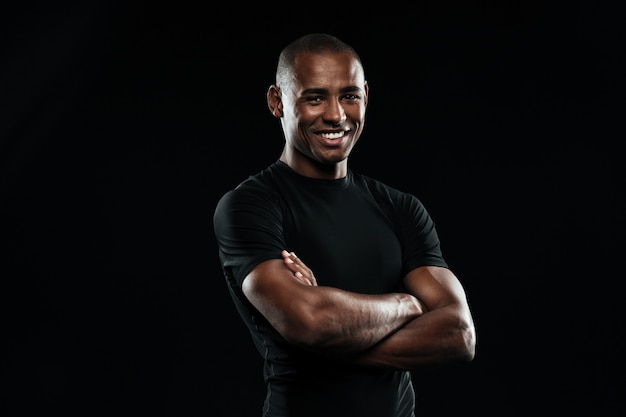 Portret uśmiechnięty afro amerykański sporta mężczyzna z rękami składał patrzeć kamerę