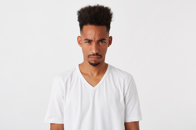 Portret uśmiechnięty atrakcyjny african american młody człowiek