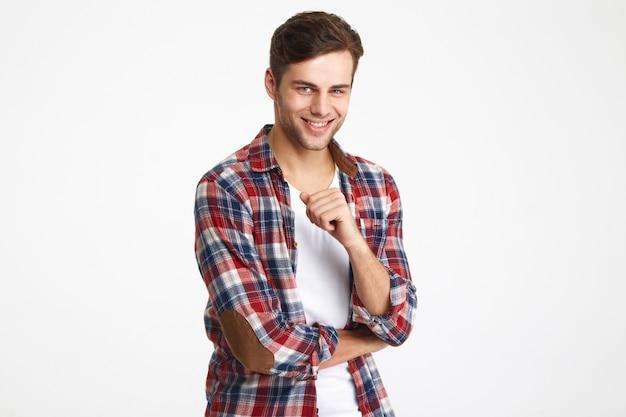 Portret uśmiechnięty atrakcyjny mężczyzna patrzeć