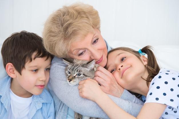 Portret uśmiechnięty babci i wnuków ściskać