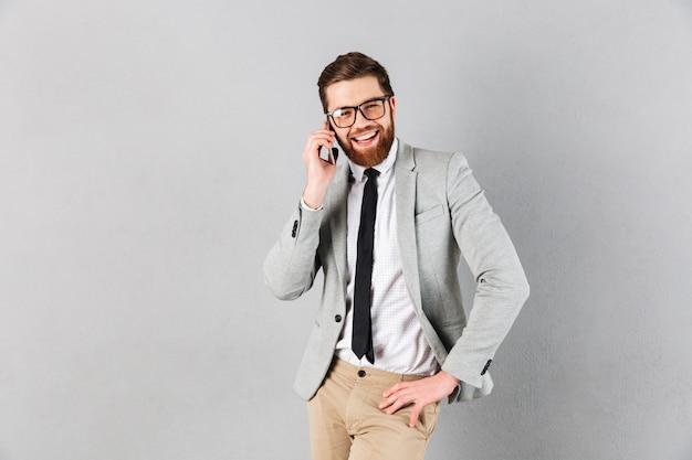 Portret uśmiechnięty biznesmen ubierał w kostiumu