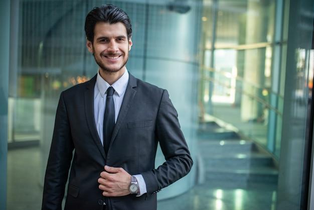 Portret Uśmiechnięty Biznesmen Premium Zdjęcia