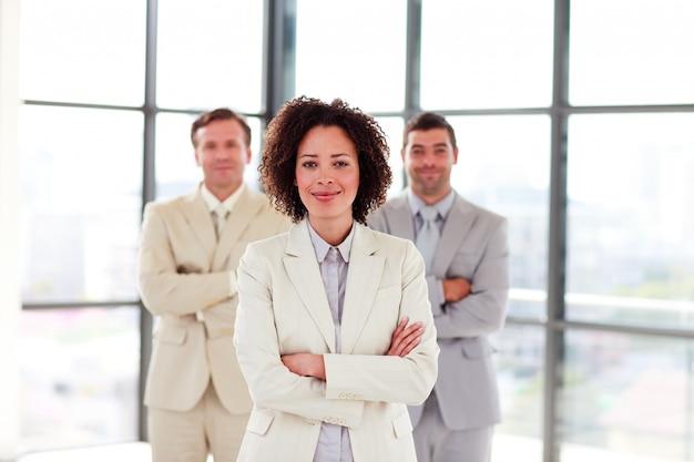 Portret uśmiechnięty bizneswoman z fałdowymi rękami