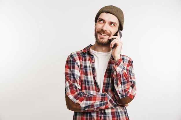 Portret uśmiechnięty brodaty mężczyzna w koszuli w kratę