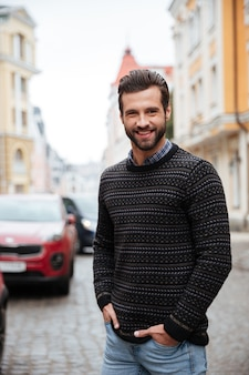 Portret uśmiechnięty brodaty mężczyzna w pulowerze