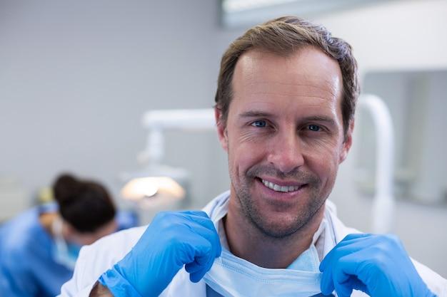 Portret uśmiechnięty dentysta