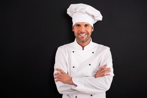 Portret uśmiechnięty kucharz w mundurze