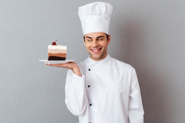 Portret uśmiechnięty męski szef kuchni ubierał w mundurze