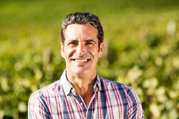 Portret uśmiechnięty męski winiarz