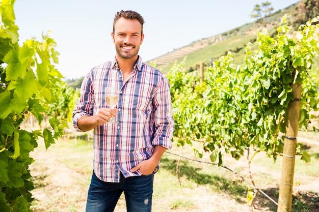Portret uśmiechnięty mężczyzna mienia wineglass