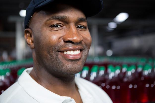 Portret uśmiechnięty mężczyzna pracownik w fabryce