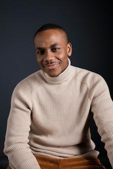 Portret uśmiechnięty mężczyzna siedzi