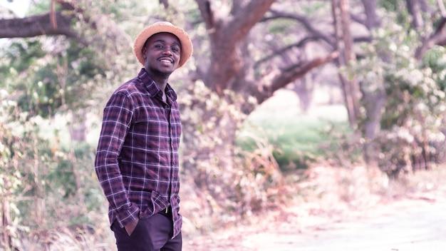 Portret uśmiechnięty mężczyzna stojący w słoneczny dzień