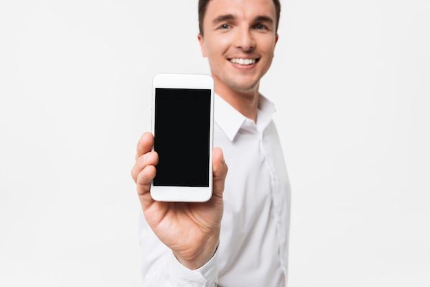 Portret uśmiechnięty mężczyzna w białej koszuli