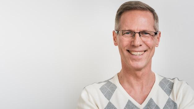 Portret uśmiechnięty mężczyzna z przestrzenią