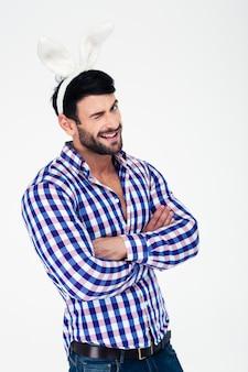 Portret uśmiechnięty mężczyzna z uszami królika mrugając na białym tle na białym bakground