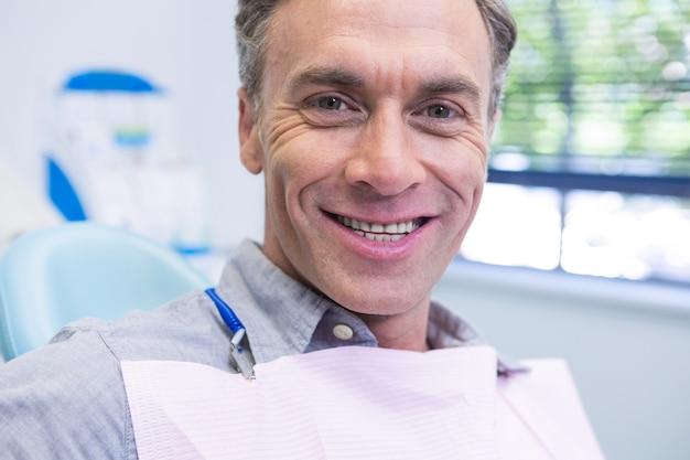 Portret uśmiechnięty mężczyzna