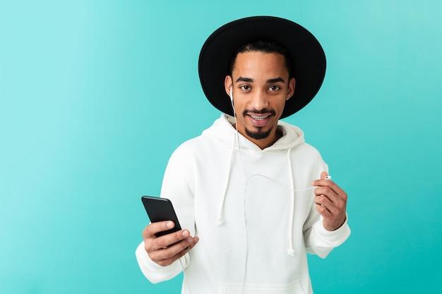 Portret uśmiechnięty młody afro amerykański mężczyzna w kapeluszu