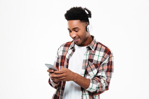 Portret uśmiechnięty młody afro amerykański mężczyzna