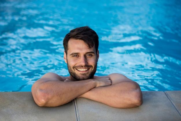 Portret uśmiechnięty młody człowiek relaks w basenie