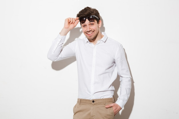 Portret uśmiechnięty młody człowiek ubrany w koszulę