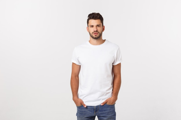 Portret uśmiechnięty młody człowiek w białej koszulce odizolowywającej na bielu.