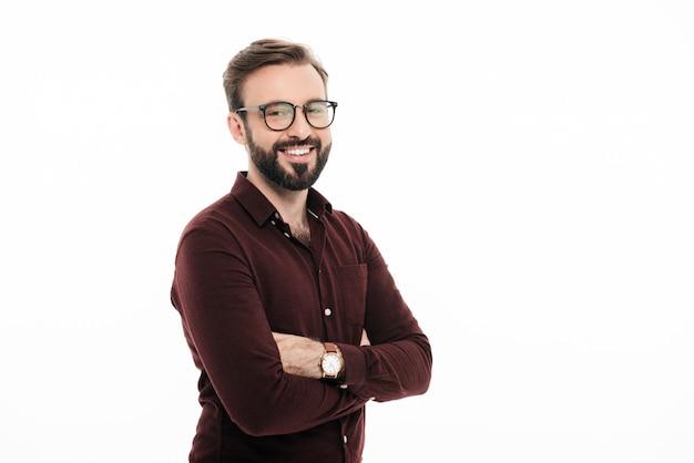 Portret uśmiechnięty młody człowiek w okularach