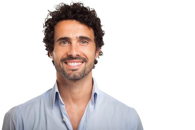 Portret uśmiechnięty młody człowiek
