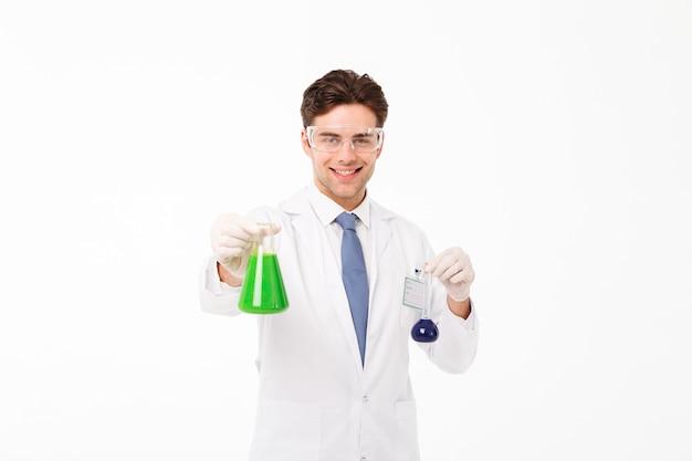 Portret uśmiechnięty młody męski naukowiec
