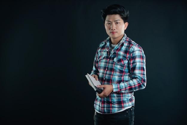 Portret uśmiechnięty młody student collegu z książkami