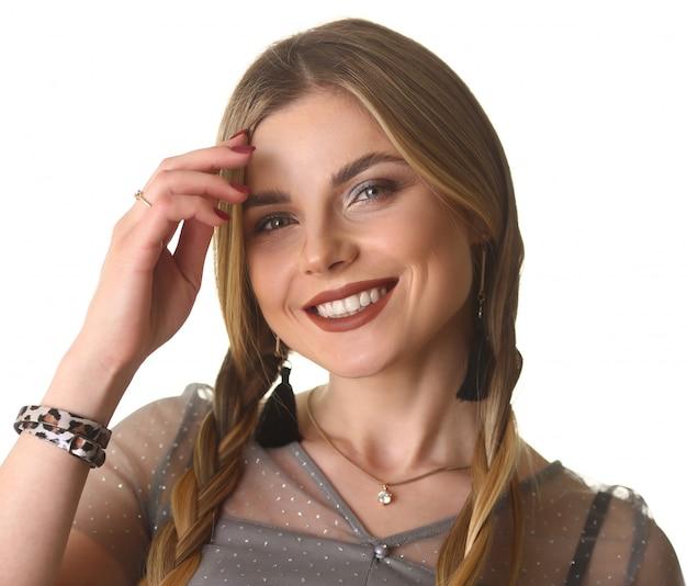 Portret uśmiechnięty model na białym tle
