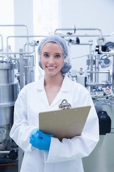 Portret uśmiechnięty naukowiec trzyma schowek