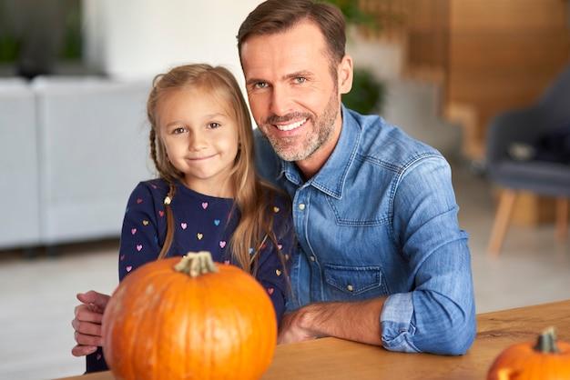 Portret uśmiechnięty ojciec i jego córeczka