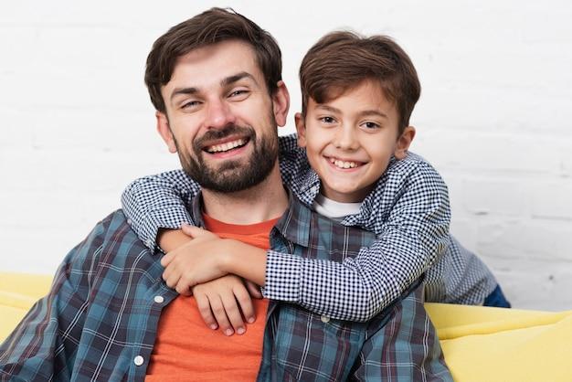 Portret uśmiechnięty ojciec i syn