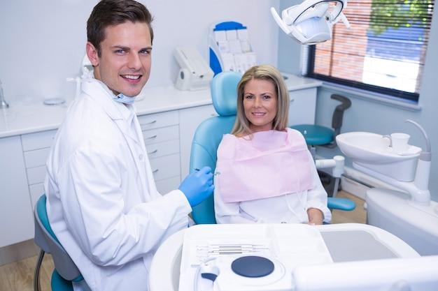 Portret uśmiechnięty pacjent i dentysta