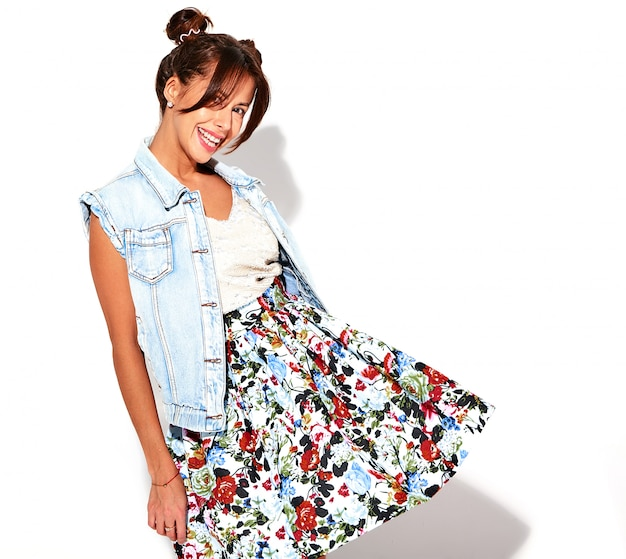 Portret uśmiechnięty piękny śliczny brunetki kobiety model w przypadkowych lato cajgach odziewa bez makeup z róg fryzurą odizolowywającą na bielu. ubierz się w ręce