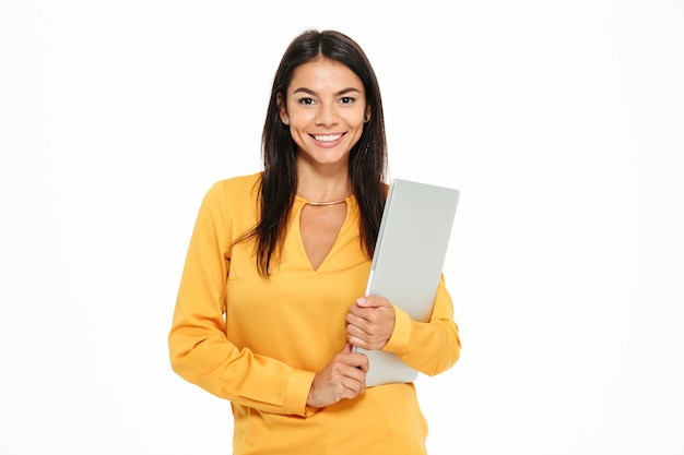 Portret uśmiechnięty pomyślny kobiety mienia laptop