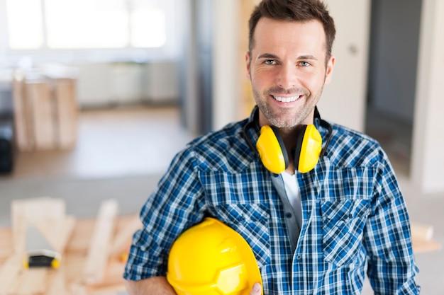 Portret uśmiechnięty pracownik budowlany