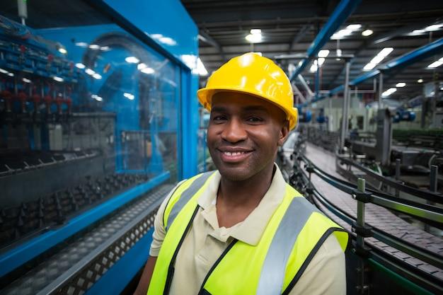Portret uśmiechnięty pracownik fabryczny