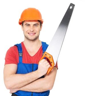 Portret uśmiechnięty pracownik fizyczny z piłą na białym tle