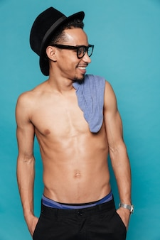 Portret uśmiechnięty przypadkowy bez koszuli afro amerykański mężczyzna