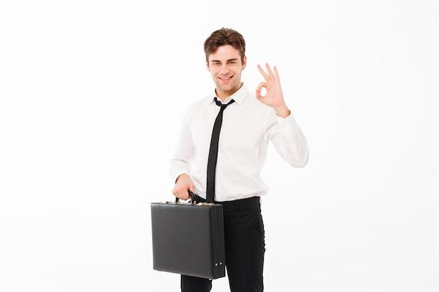Portret uśmiechnięty przystojny biznesmen