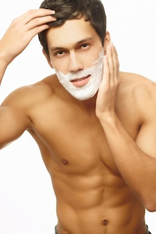 Portret uśmiechnięty przystojny mężczyzna golenie