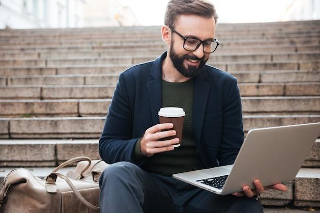 Portret uśmiechnięty przystojny mężczyzna w eyeglasses