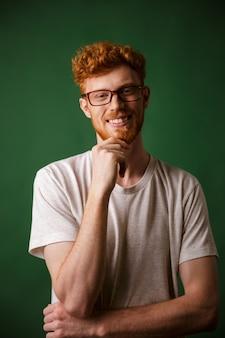 Portret uśmiechnięty rudzielec mężczyzna w eyeglasses