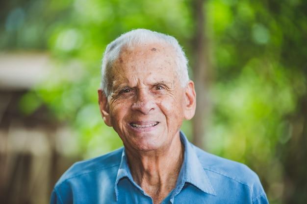Portret uśmiechnięty starszy męski rolnik
