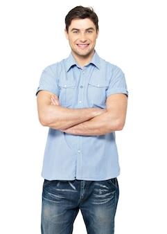 Portret uśmiechnięty szczęśliwy przystojny mężczyzna w niebieskiej koszuli na co dzień - na białym tle