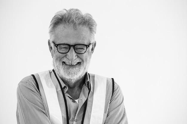 Portret uśmiechnięty szczęśliwy starszy inżyniera pracownika mężczyzna